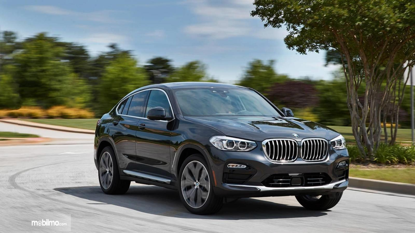 tampilan baru BMW X4 2019 berwarna hitam