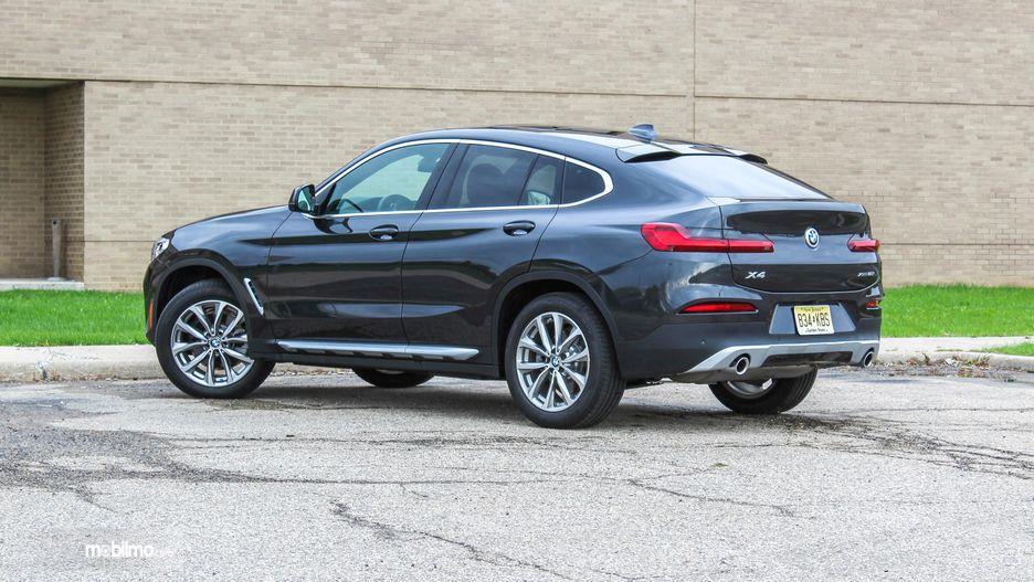tampilan samping BMW X4 2019 berwarna hitam