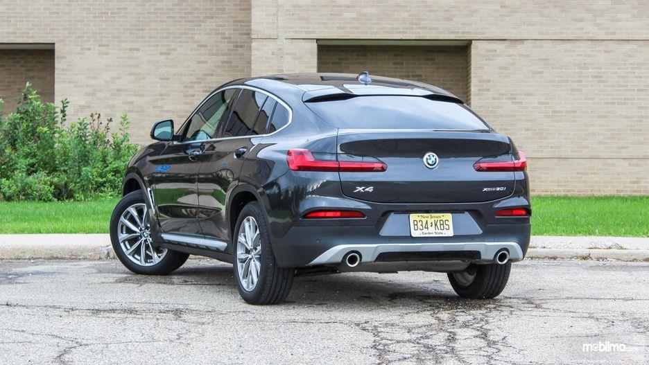 tampilan belakang BMW X4 2019 berwarna hitam