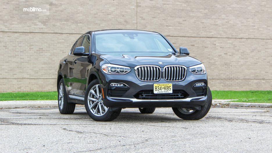 tampilan depan BMW X4 2019 berwarna hitam