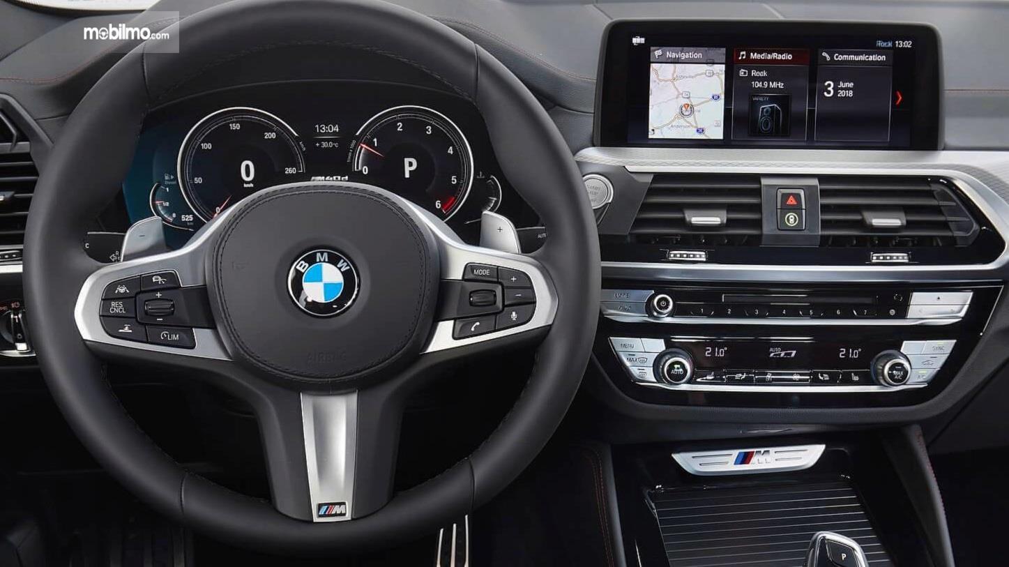 kemudi BMW X4 2019 berwarna hitam dan krom
