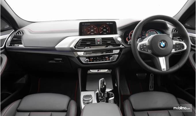 dasbor BMW X4 2019 berwarna hitam dan krom