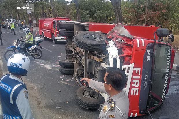 Foto mobil pemadam kebakaran terguling