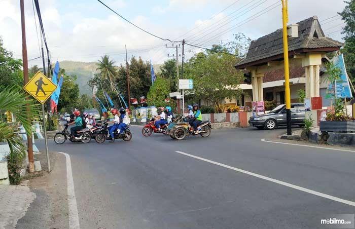 Foto kendaraan melintas di persimpangan