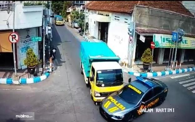 Rekaman foto Truk tabrak mobil polisi di Mojokerto