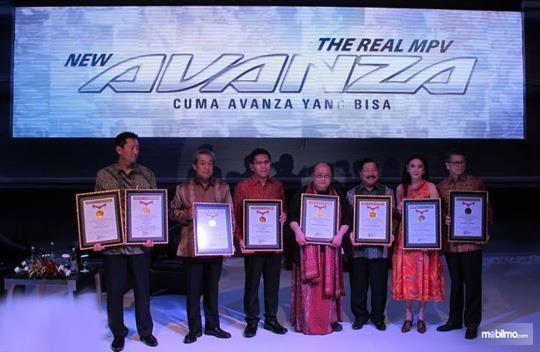 Foto penyerahan penghargaan Rekor MURI untuk Toyota Avanza tahun 2013
