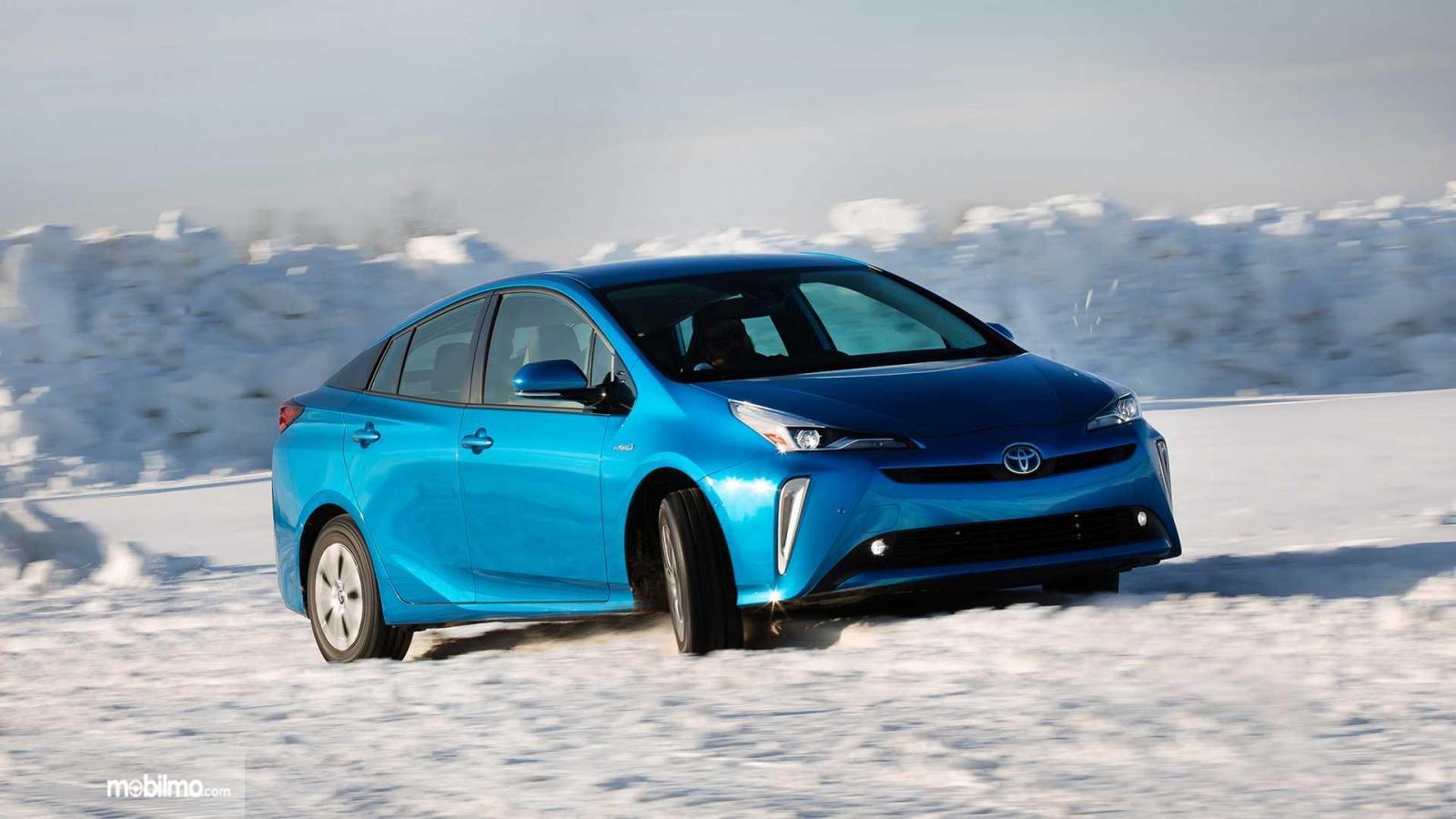 Toyota Prius 2019 berwarna biru di salju
