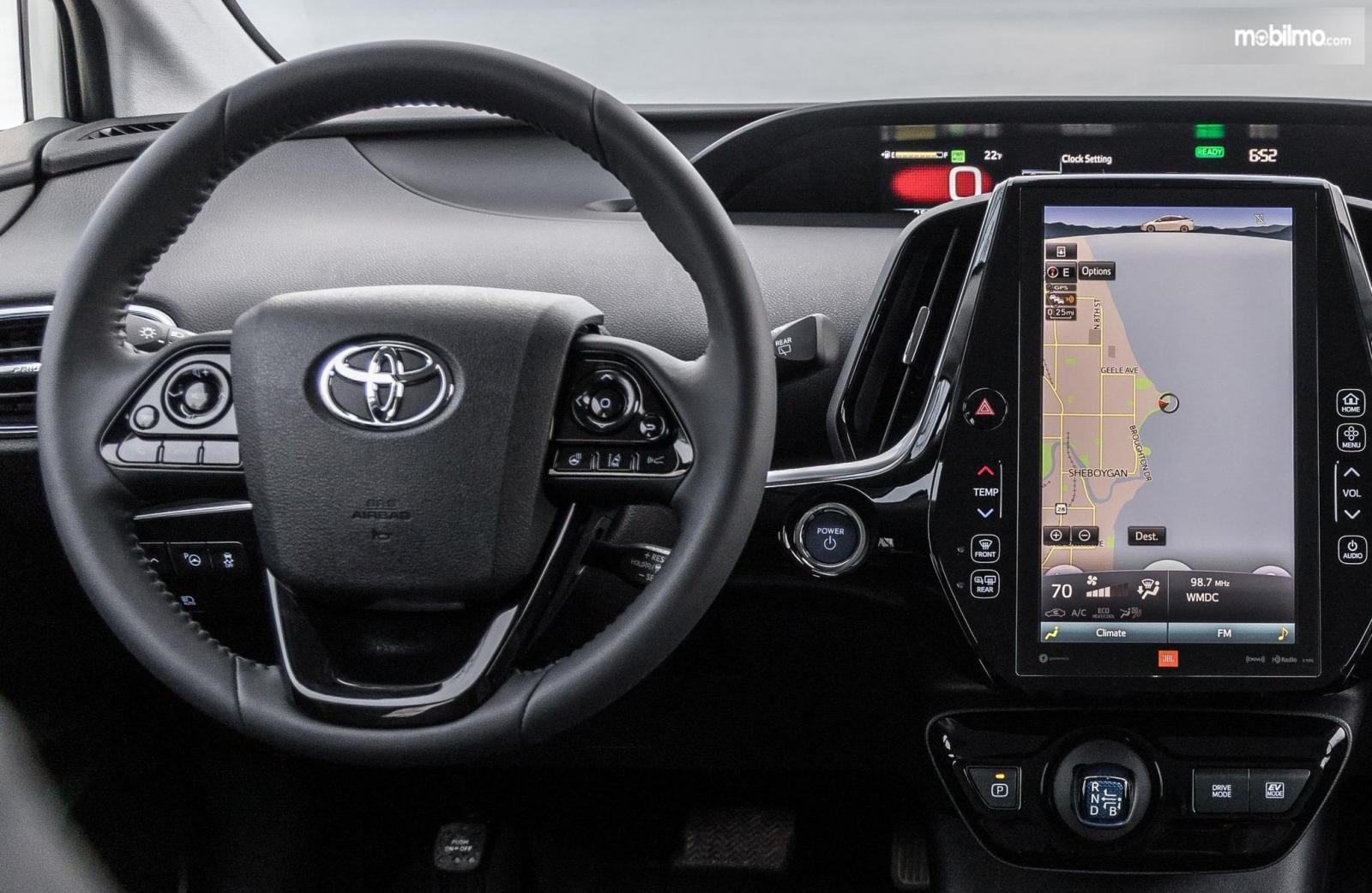 kemudi Toyota Prius 2019 berwarna hitam dengan layar infotainment