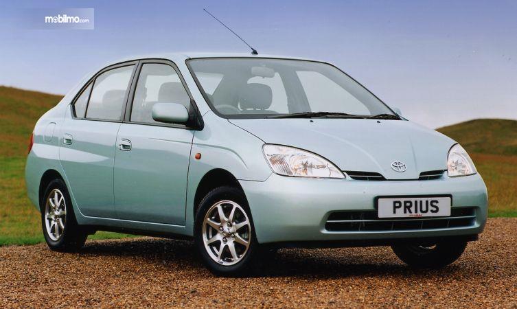generasi pertama Toyota Prius 1997 berwarna hijau