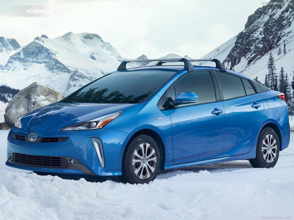 Toyota Prius 2019 berwarna biru di lingkungan salju