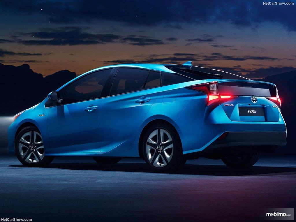 eksterior belakang Toyota Prius 2019 berwarna biru