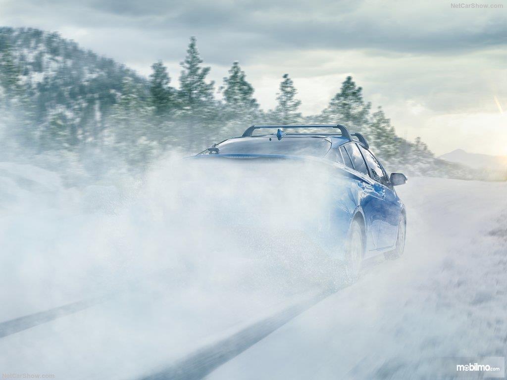 pengendaraan Toyota Prius 2019 berwarna biru di salju