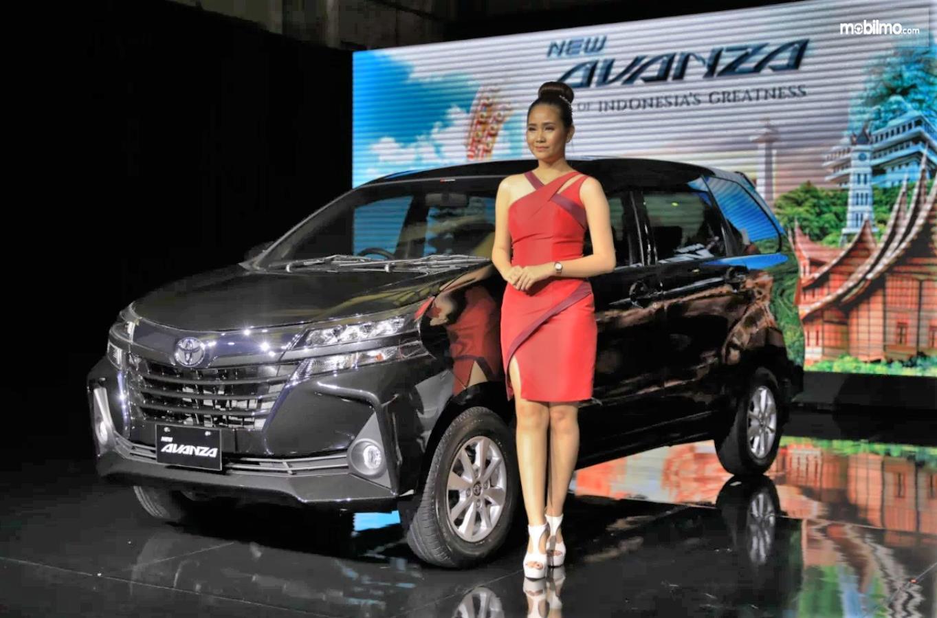 Model berpose bersama New Avanza 2019 warna hitam