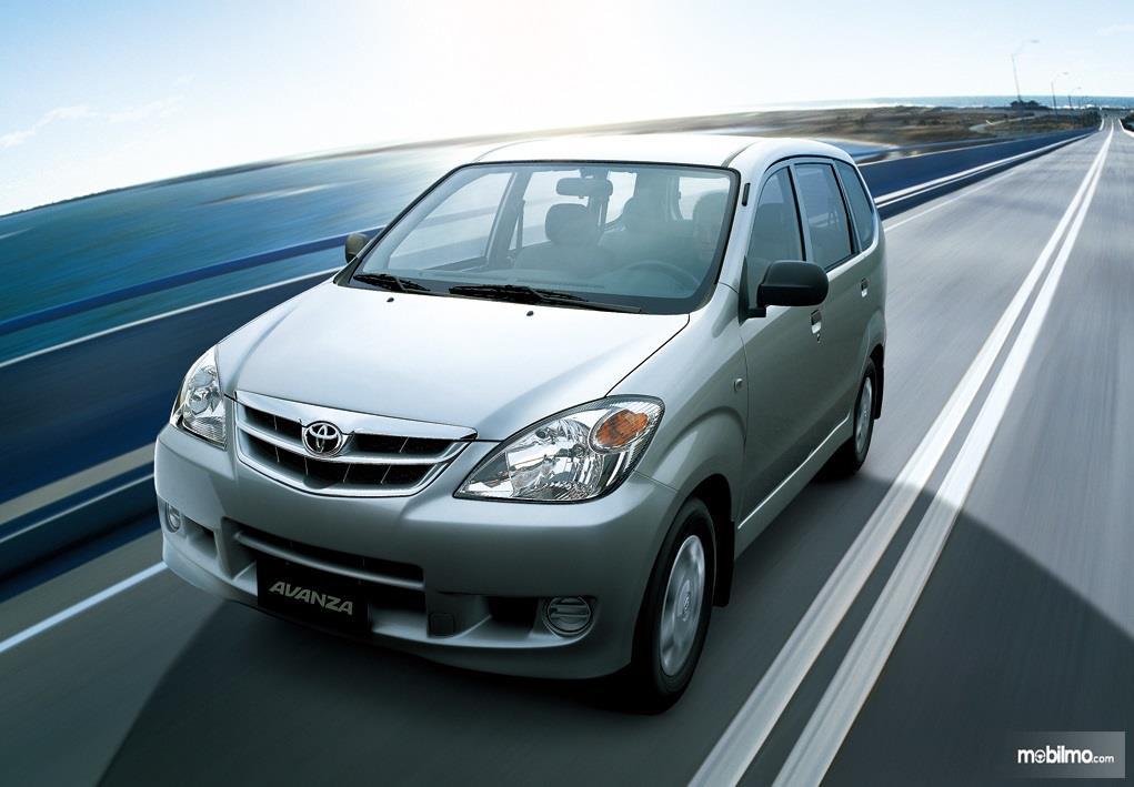 generasi pertama Toyota Avanza berwarna hijau