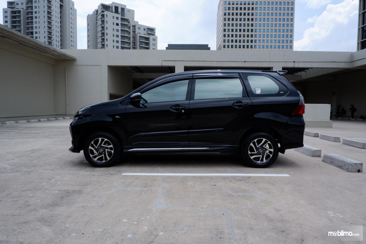 tampilan samping Toyota Avanza Veloz 2019 berwarna hitam