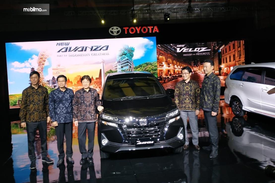 beberapa pejabat Toyota berbaju batik dalam peluncuran Toyota Veloz 2019