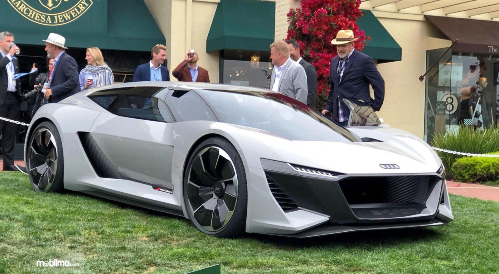 Foto Audi E-Tron tampak dari samping depan