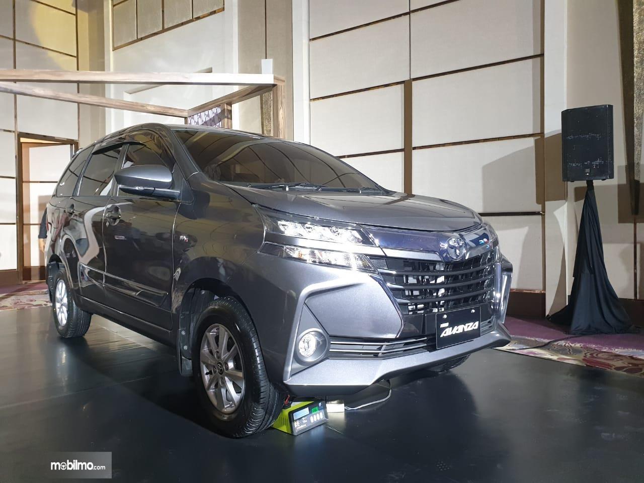 Tampilan samping sebuah New Toyota Avanza 1.5 G M/T 2019 berwarna hitam