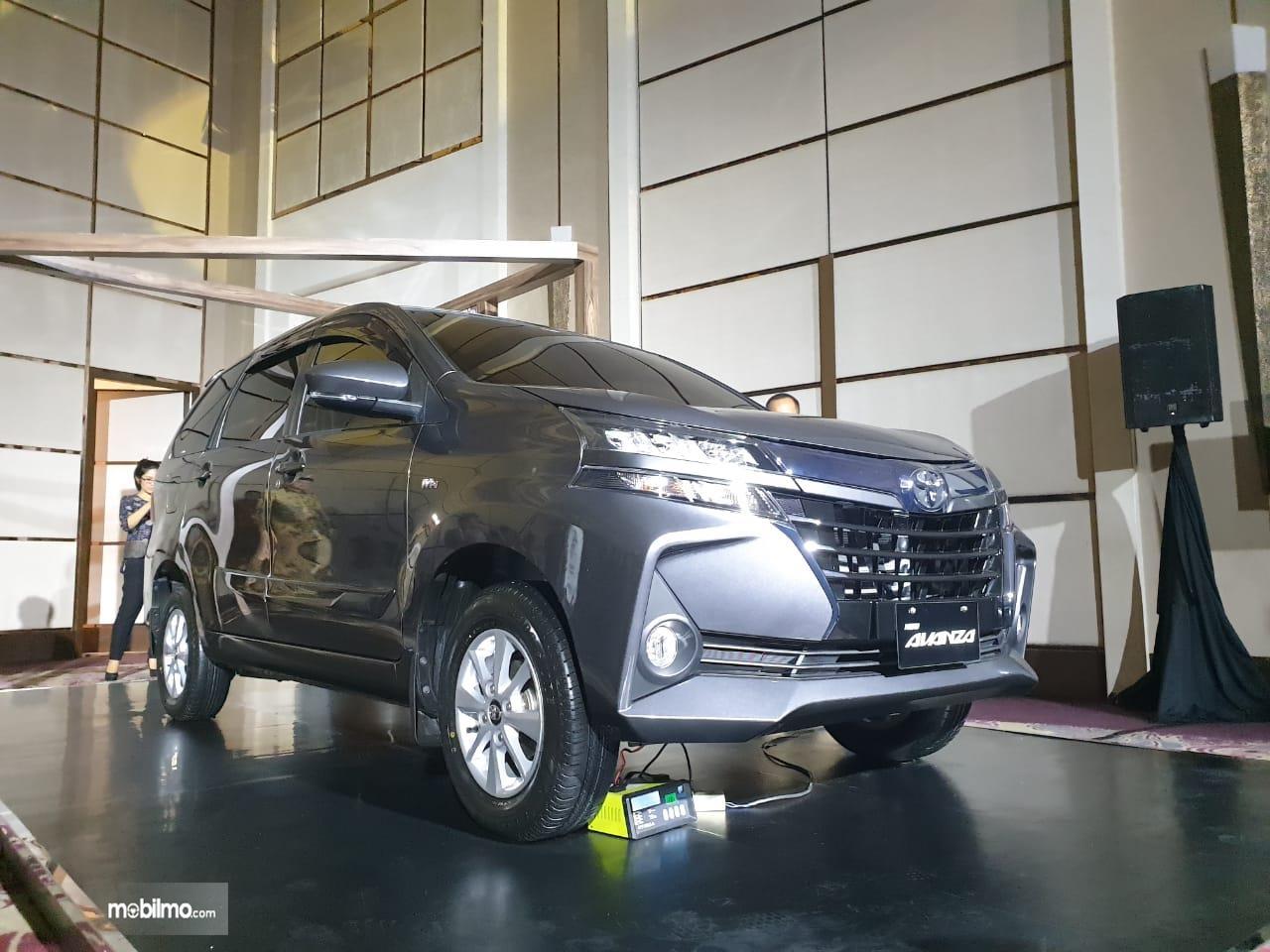 Mobil  New Toyota Avanza 1.3 G A/T 2019 berwarna hitam dilihat dari sisi depan