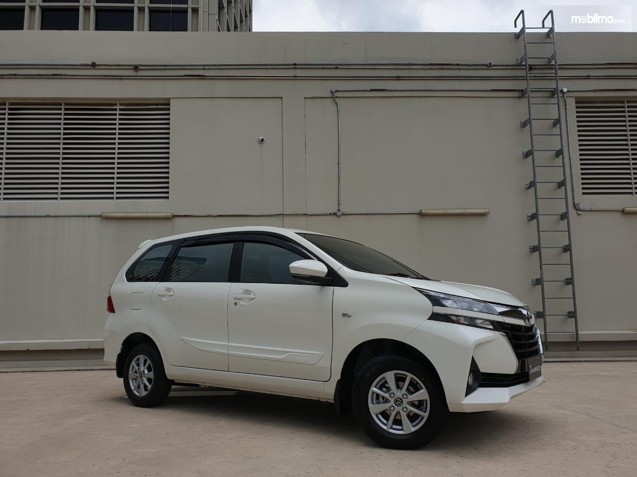 Gambar mobil New Toyota Avanza 1.3 G A/T 2019 berwarna putih dilihat dari sis samping