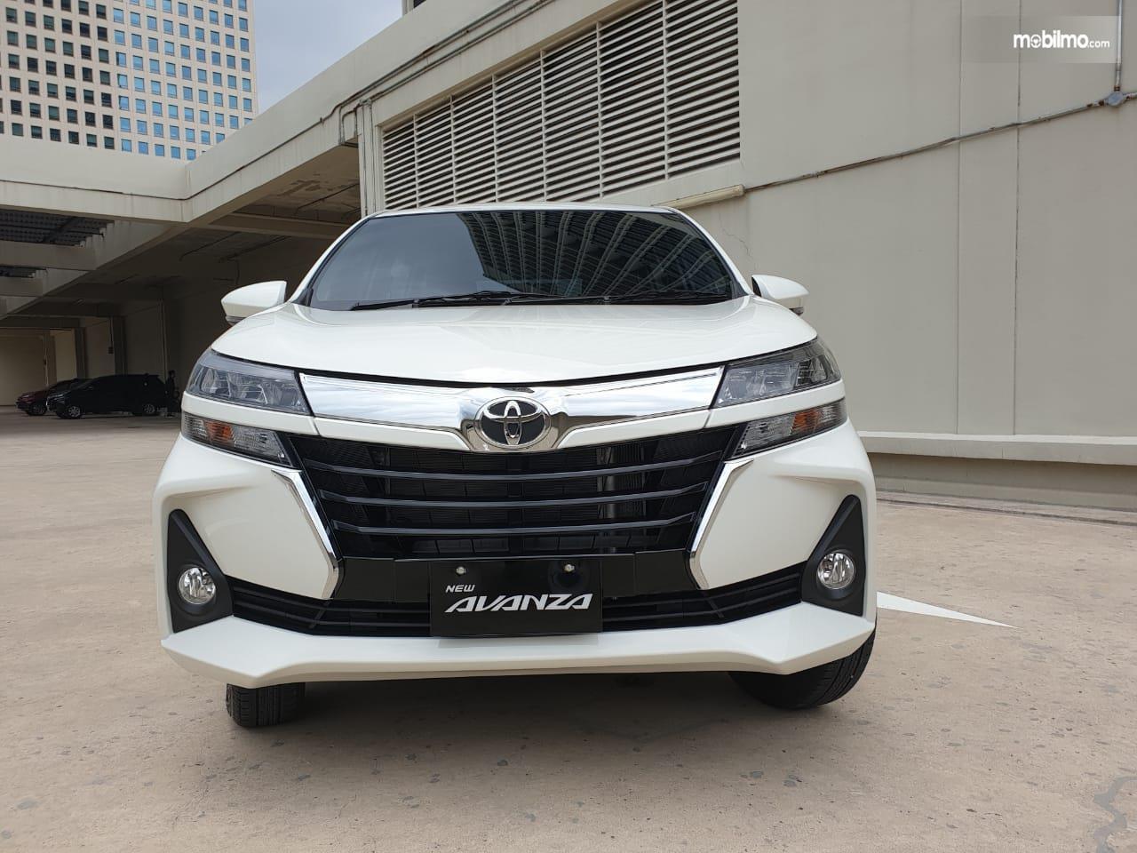 Gambar mobil New Toyota Avanza 1.3 G A/T 2019 berwarna putih dilihat dari sisi depan