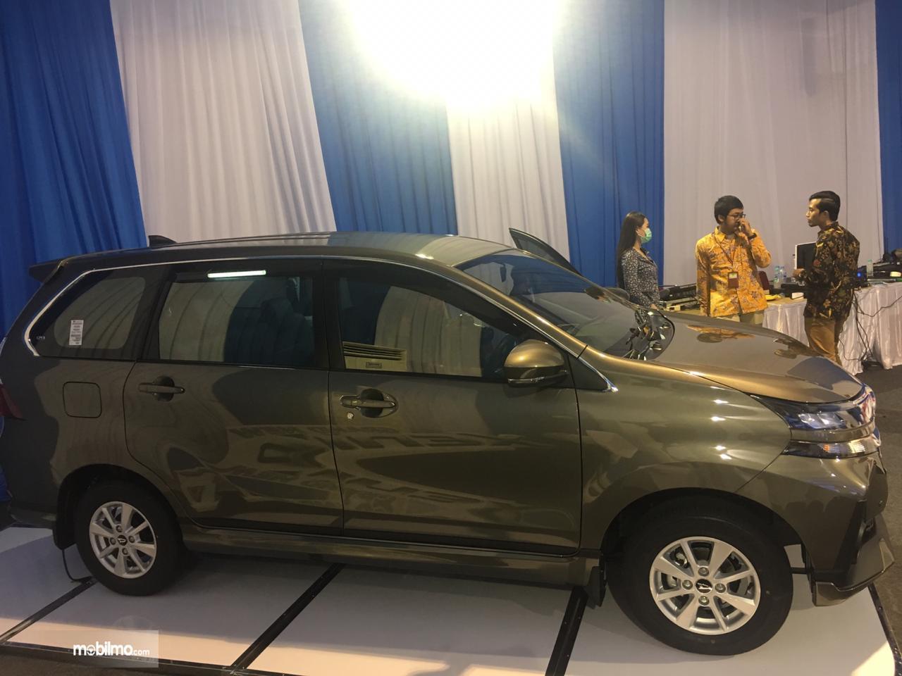 Tapak tampilan samping Daihatsu Grand New Xenia R A/T 1.3 2019 berwarna abu-abu
