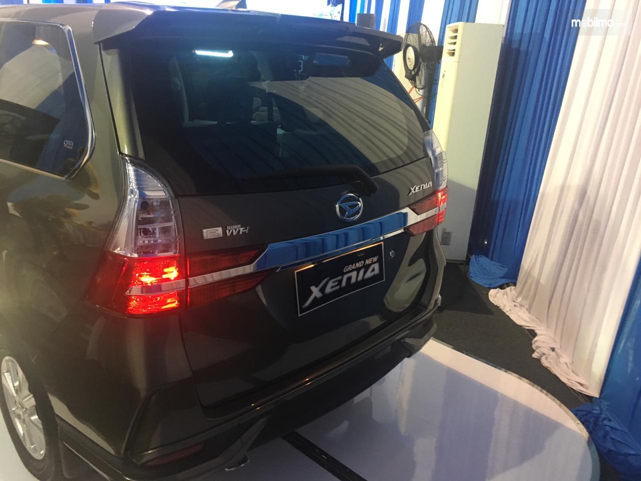 Tampilan belakang sebuah Daihatsu Grand New Xenia R A/T 1.3 2019 berwarna abu-abu