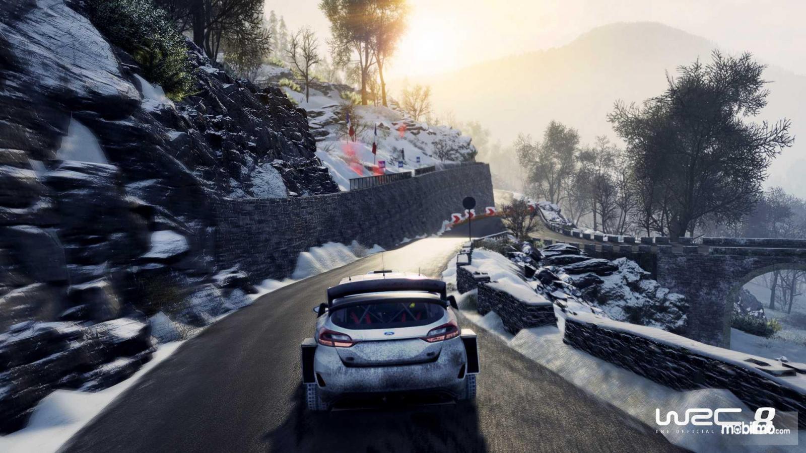 gameplay WRC 8 di daerah bersalju dengan mobil balap berwarna putih
