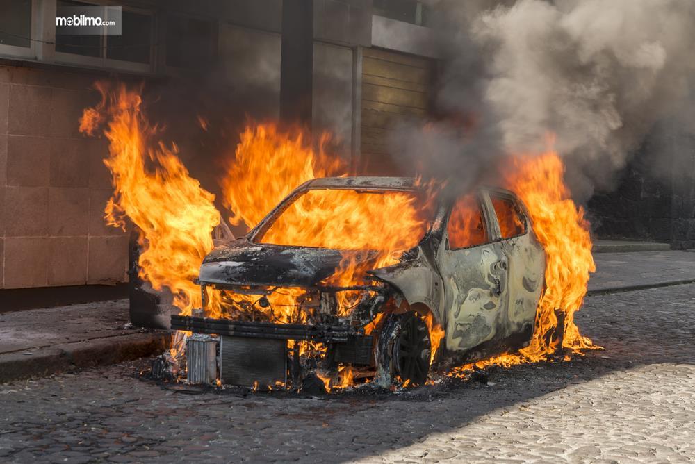 Gambar sebauh mobil terbakar habis