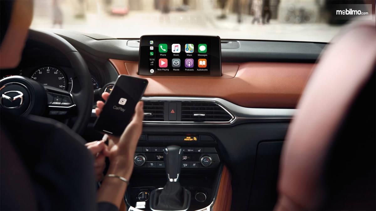 pengemudi sedang mencoba fitur baru Mazda CX-9 2019