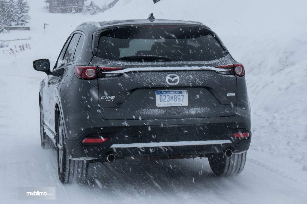 tampilan belakang Mazda CX-9 2019 berwarna hitam