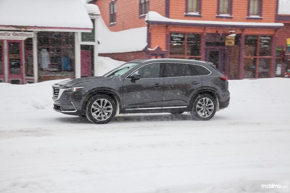 tampilan samping Mazda CX-9 2019 berwarna hitam