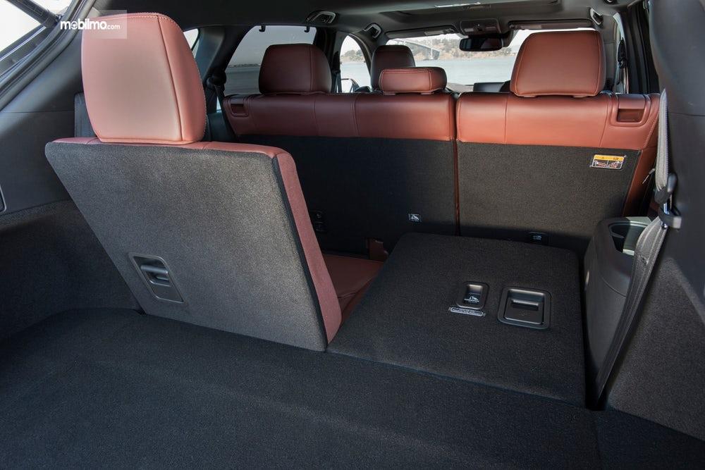 bagasi Mazda CX-9 2019 berwarna hitam dan cokelat