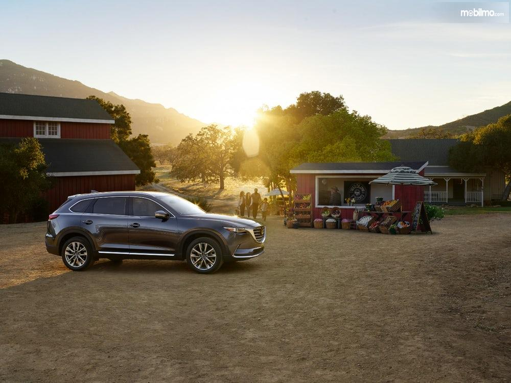 keluarga yang memiliki SUV Mazda CX-9 2019 berwarna hitam