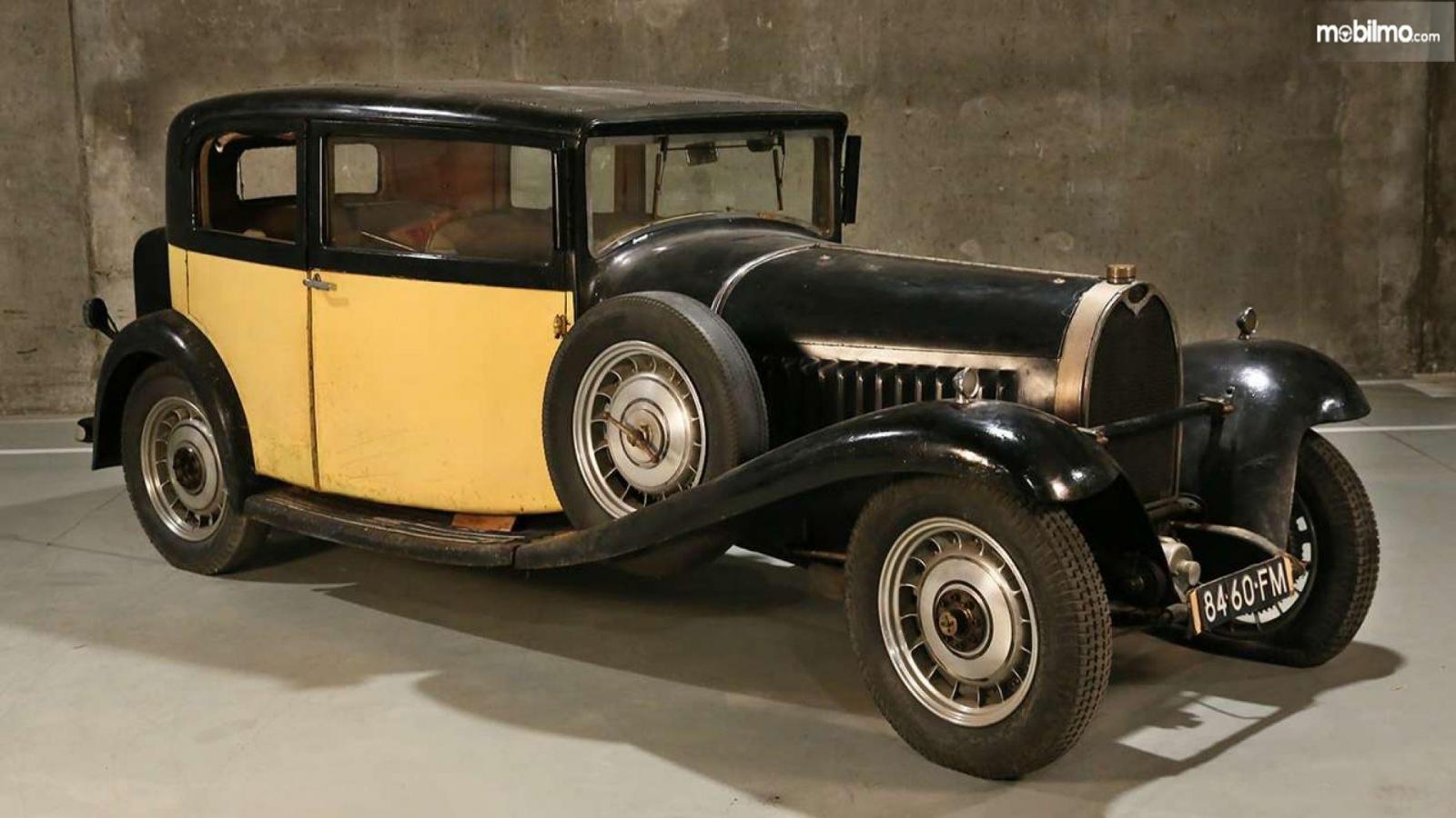 Bugatti Type 49 Berline klasik berwarna kuning dan biru gelap