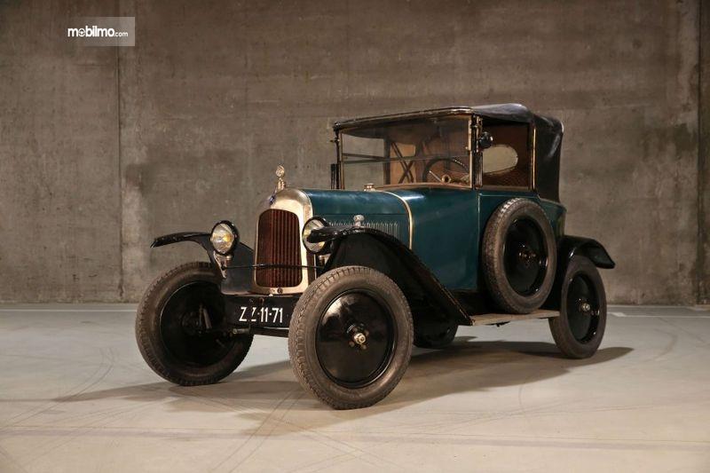 Citroen Torpedi 1925 berwarna biru yang masih belum selesai