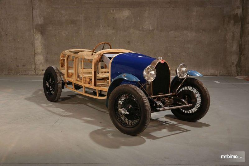 Bugatti Type 19 1929 berwarna biru yang masih memiliki rangka kayu