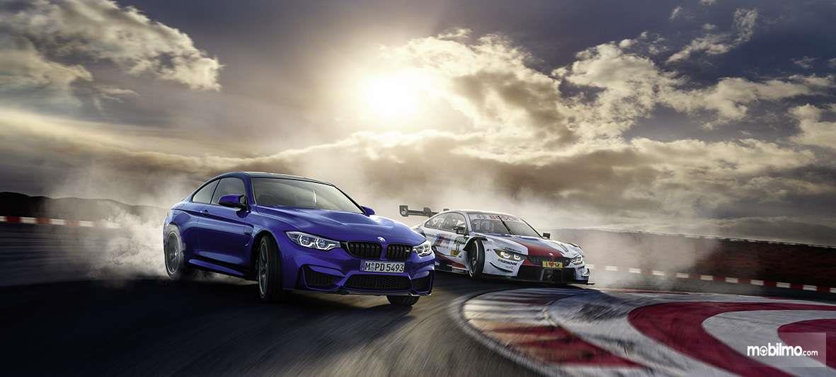 Gambar mobil BMW M4 DTM 2019 berwarna biru dilihat dari sisi depan