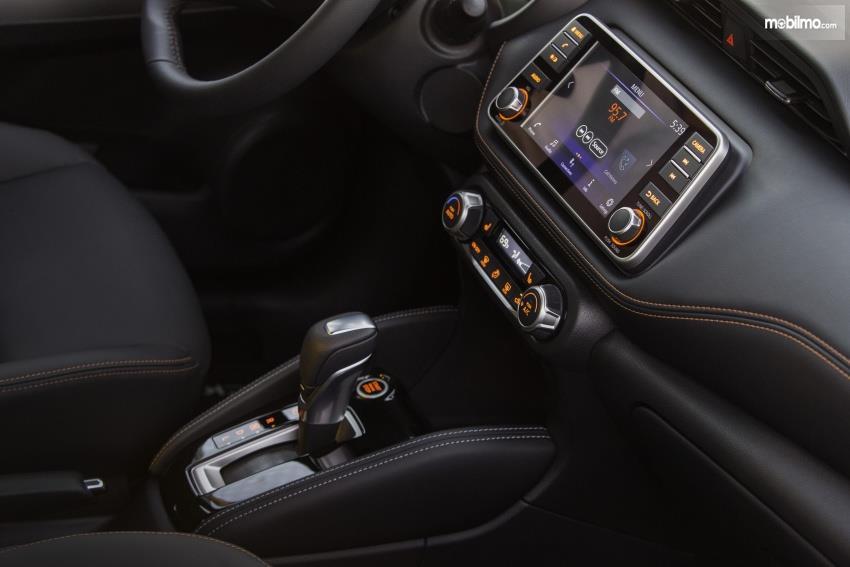 Gambar menunjukkan fitur konsol tengah Nissan Kicks 2019