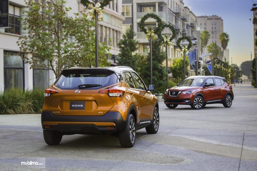 Gambar mobil Nissan Kicks 2019 berwarna orange dilihat dari sisi belakang