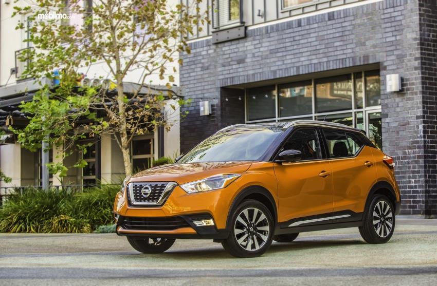 Gambar menunjukkan mobil Nissan Kicks 2019 berwarna kuning dilihat dari sisi depan