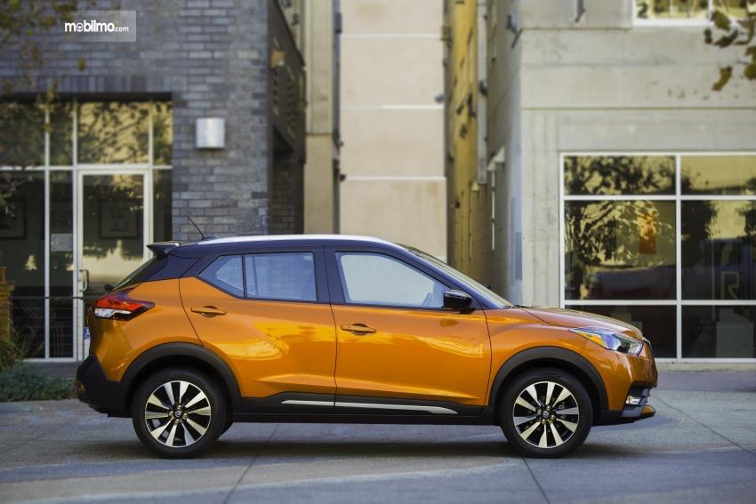 Gambar mobil Nissan Kicks 2019 berwarna kuning dilihat dari sisi samping
