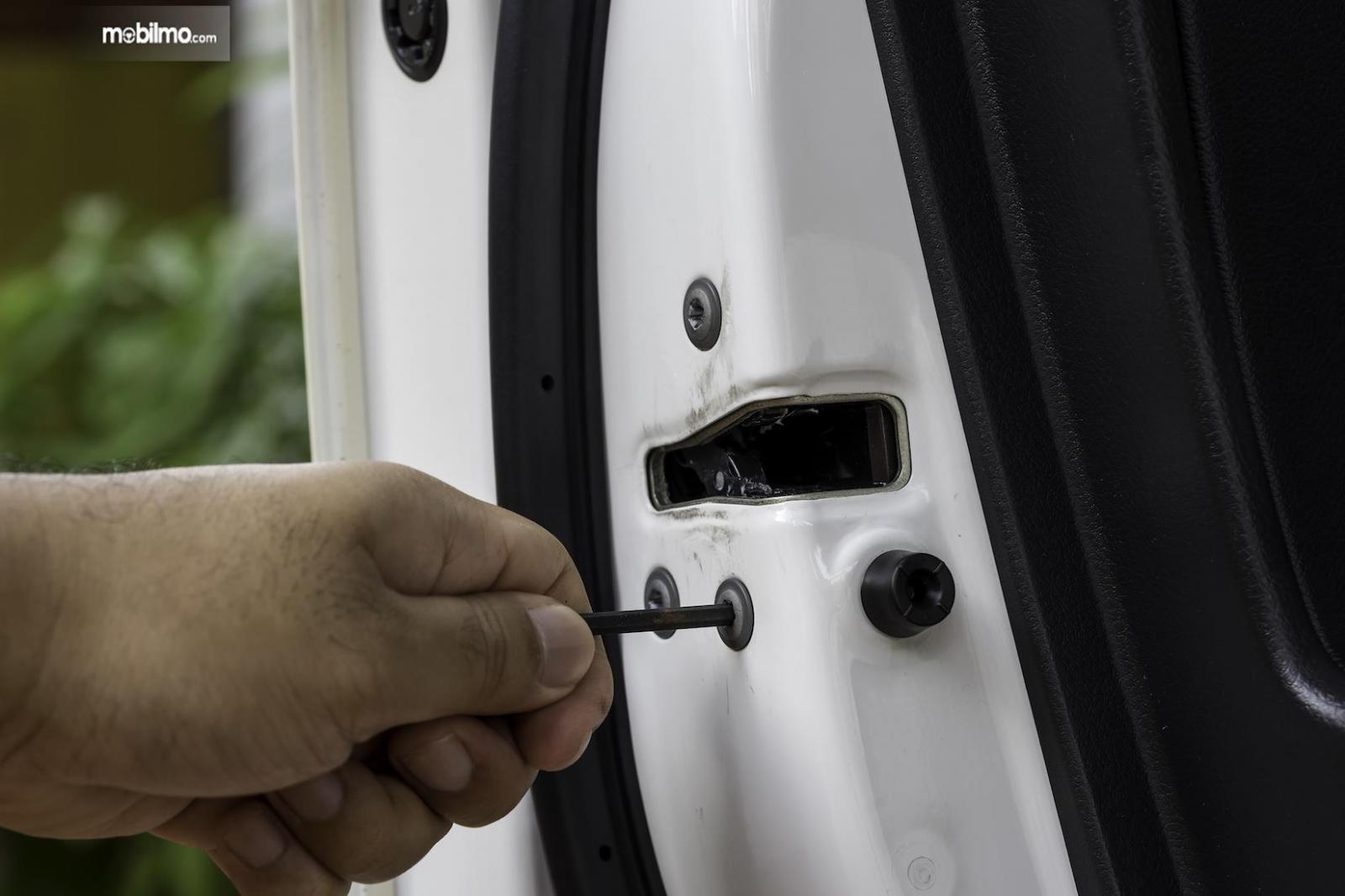 Komponen lain yang menjadi penyebab pintu mobil sulit dibuka atau ditutup