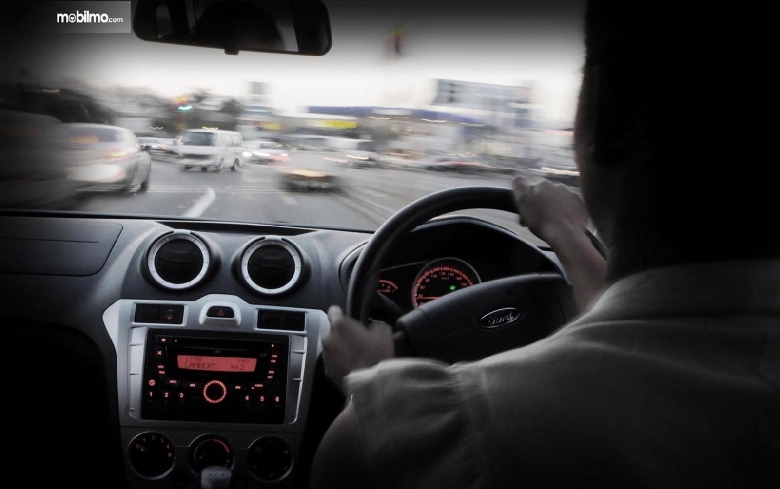 Foto seseorang sedang mengemudi