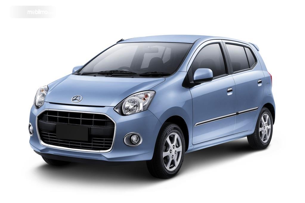 generasi pertama Daihatsu Ayla berwarna biru