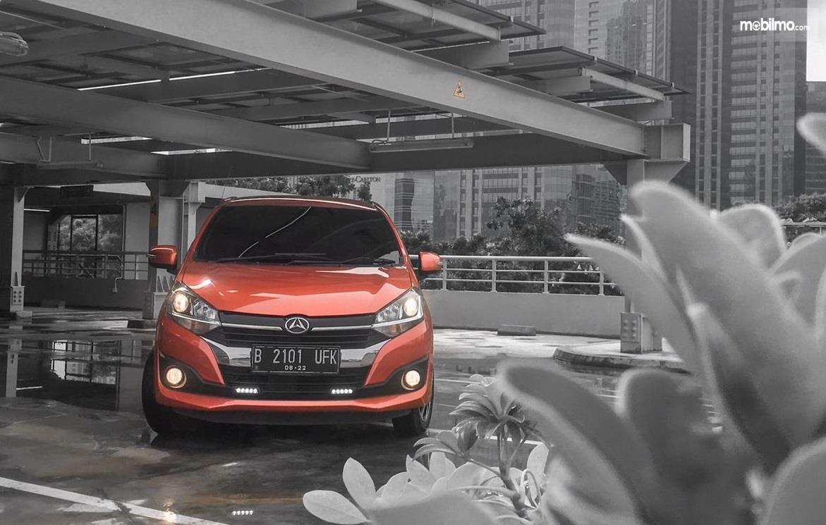 tampilan depan Daihatsu Ayla 1.2 R 2018 berwarna orange