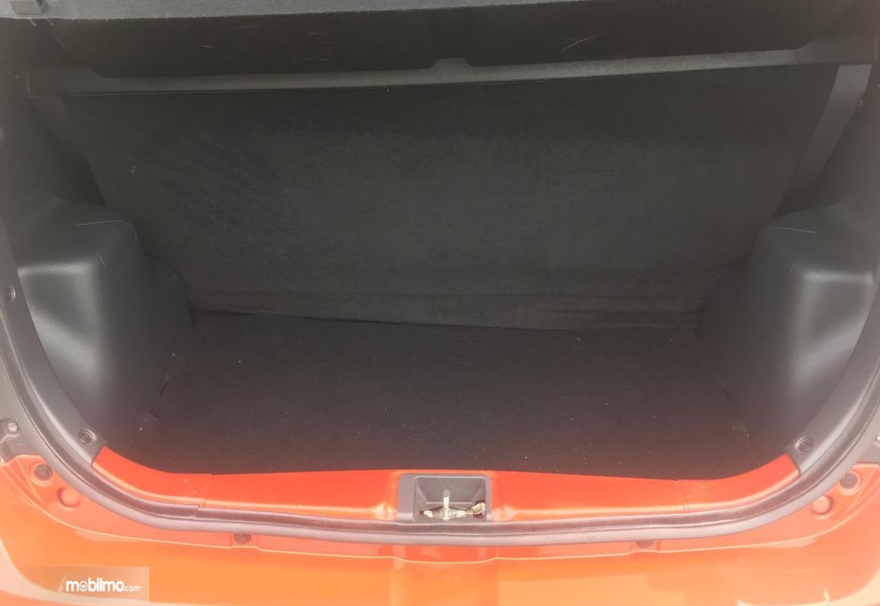 bagasi Daihatsu 1.2 R 2018 berwarna hitam