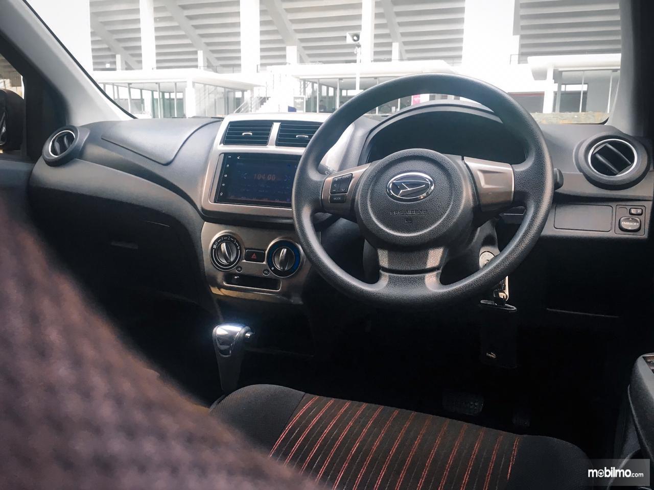 kemudi Daihatsu 1.2 R 2018 berwarna hitam