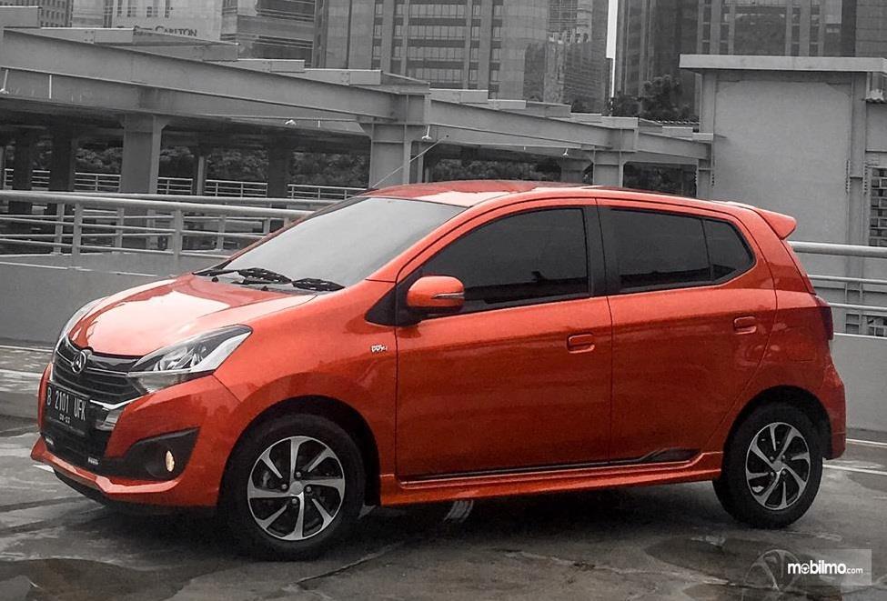 tampilan samping Daihatsu Ayla 1.2 R 2018 berwarna orange