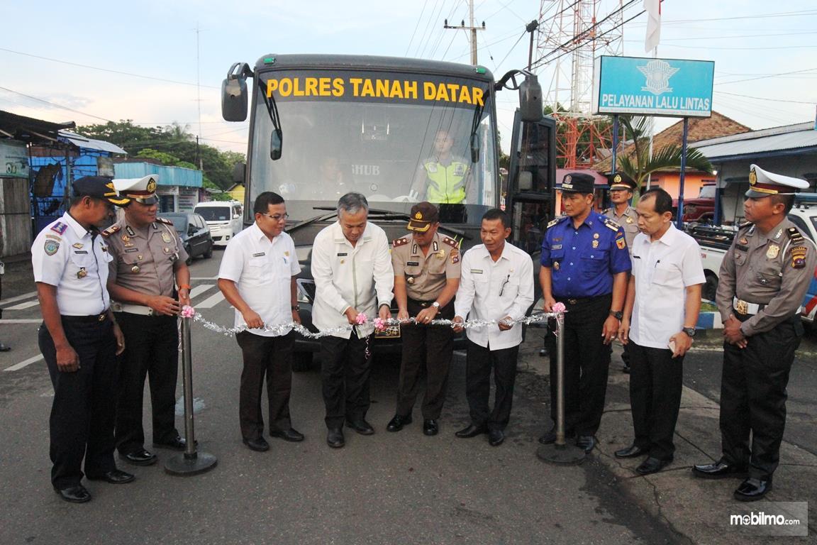 Foto Peluncuran bis sekolah milik Polres Tanah Datar Sumatera Barat